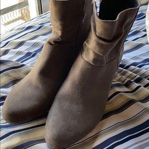 Aerosol gray suede boots